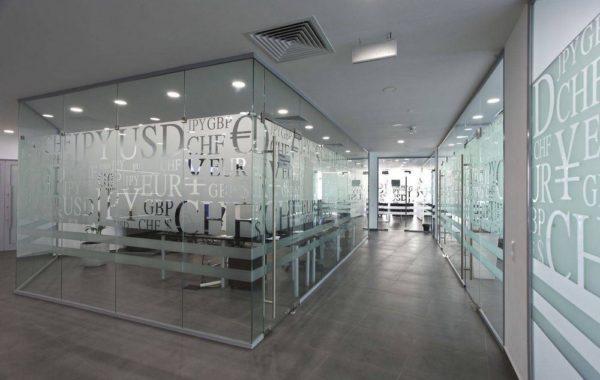 перегородки стеклянные для офисов и кафе
