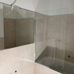 стекло как ограждение на ванну