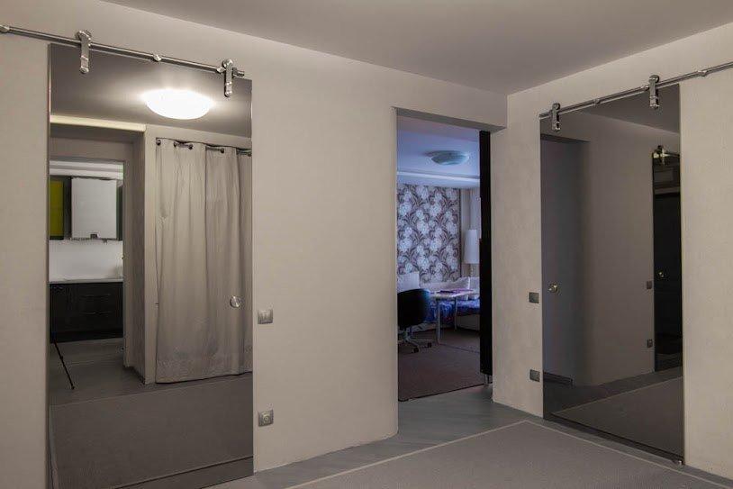 зеркальная откатная дверь